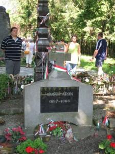 2008.06.23. Erdély, 08-Farkaslaka, Tamási Áron síremléke IMG 0156