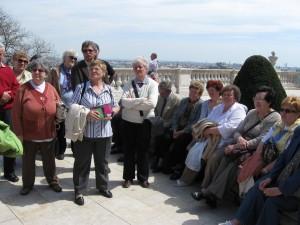 2013.04.17. Budapesten a Nemzeti Galéria előtt hallgatjuk az idegenvezető tájékoztatóját 014